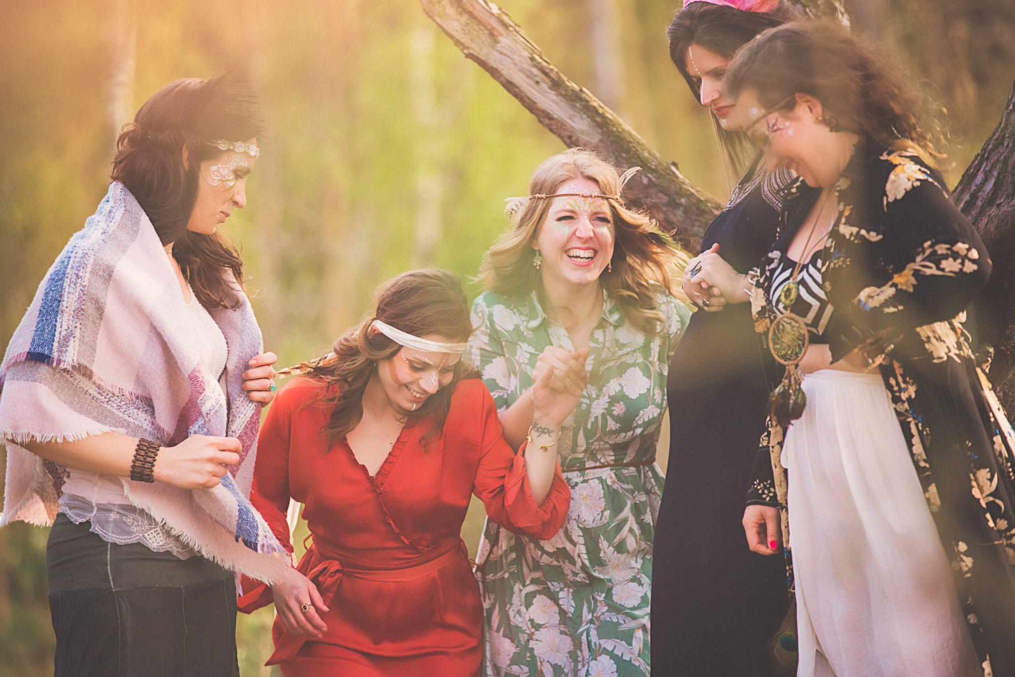 lachende vrouwen in het bos